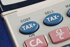 Beräkna skatten och kostnaden arkivfoton