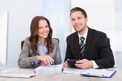 Beräknande finans för Businesspeople Arkivbild