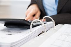 Beräknande skatt för Businessperson Royaltyfri Foto