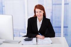 Beräknande skatt för säker affärskvinna Arkivfoto
