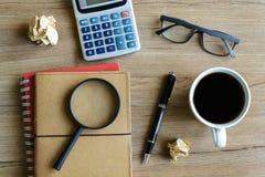 Beräknar den finansiella redovisningen för skrivbordkontorsaffär Arkivfoto