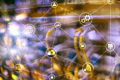 Beräkning och kommunikation för teknologiinfrastrukturmoln för färgbegrepp för bakgrund blåa internet royaltyfri foto