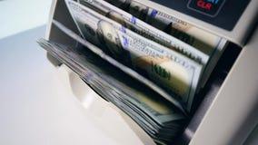 Beräkningsapparaten bearbetar dollarräkningar stock video