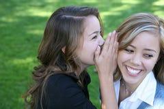 berätta för flickahemligheter Royaltyfri Fotografi