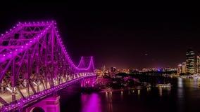 Berättelsebro i Brisbane Australien på natten med den flod- och byggnadsTid schackningsperioden stock video