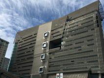 18 berättelsen San Francisco Federal Building drog tillbaka vid cirrusmolnmoln Arkivfoton