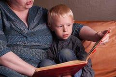 Berättelsetid i soffan Royaltyfri Fotografi
