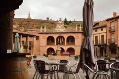 Berço de Hall Building In Town Square Ayllon da cidade de vilas vermelhas além do que a vila medieval bonita em Segovia Arquitetu Fotografia de Stock Royalty Free