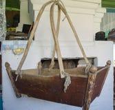 Berço de madeira velho na casa da vila fotos de stock royalty free