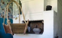 Berço de madeira velho na casa da vila foto de stock royalty free