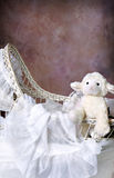 Berço de vime antigo do bebê imagens de stock royalty free