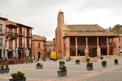 Berço maravilhoso de Ayllon da praça da cidade das vilas vermelhas além da vila medieval bonita em Segovia Arquitetura Landsca Fotografia de Stock Royalty Free
