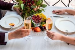 Beröm av bröllopdagen med exponeringsglas av champagne Bruden rostar med champagne Royaltyfri Bild