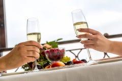 Beröm av bröllopdagen med exponeringsglas av champagne Bruden rostar med champagne Royaltyfri Foto