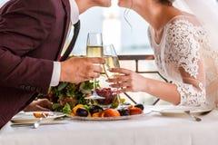 Beröm av bröllopdagen med exponeringsglas av champagne Bruden rostar med champagne Arkivbild