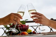 Beröm av bröllopdagen med exponeringsglas av champagne Bruden rostar med champagne Royaltyfri Fotografi