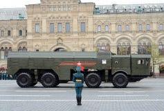 Beröm av den 72. årsdagen av Victory Day WWII NATO för 9K720 som Iskander anmäler stenen för namnet SS-26, är en sh mobil Arkivbilder