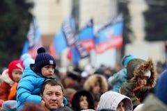 Beröm av den internationella dagen av solidaritet i Donetsk på Royaltyfri Foto