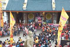 Beröm av det kinesiska nya året i den Semarang staden Arkivfoton