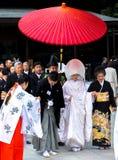 Beröm av ett bröllop med traditionella dräkter i Japan Arkivfoto