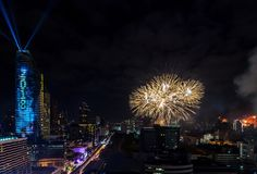 Beröm BANGKOK, THAILAND - DECEMBER 31 för nya år för fyrverkeri, Royaltyfri Bild