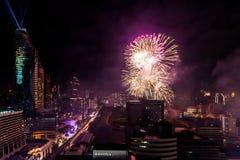 Beröm BANGKOK, THAILAND - DECEMBER 31 för nya år för fyrverkeri, Arkivbilder