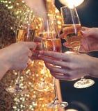 Beröm Bemanna hållande exponeringsglas av champagnedanande en rostat bröd Royaltyfri Bild