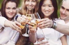 Beröm Bemanna hållande exponeringsglas av champagnedanande en rostat bröd Royaltyfri Foto