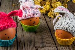 beröm easter Ägg dekorerade hattar som kaniner På ett trä Arkivbilder