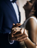 Beröm för bröllop för dans för par för afrikansk nedstigning för nygift person royaltyfria foton