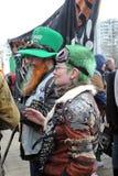 Beröm för dag för St Patrick ` s i Moskva Gataaktris Arkivbilder