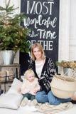 Beröm för jul eller för nytt år Lycklig moder och dotter som omfamnar nära julgranen med xmas-gåvor Royaltyfria Foton