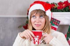 Beröm för jul eller för nytt år Stäng sig upp skott av koppen i händer av kvinnan med den varma drinken på julgranbakgrund, lyckl Royaltyfria Bilder