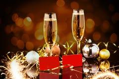 Beröm för jul och för nytt år med champagne Dekorerad tabell för nytt år ferie champagneexponeringsglas två Arkivfoto
