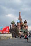 Beröm för Maj dag i Moskva Sankt basilikadomkyrka Arkivbild