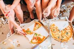 Beröm för mousserande vin för flickamöhippapizza royaltyfria foton