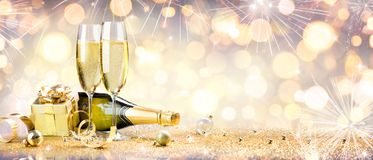 Beröm för nytt år med champagne royaltyfria bilder