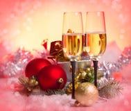 Beröm för nytt år och jul. Två champagneexponeringsglas i Hol Royaltyfria Foton