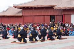 Beröm för nytt år på den Shuri slotten i Okinawa, Japan royaltyfria foton