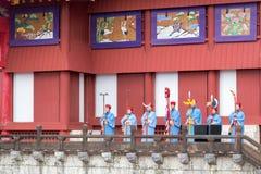Beröm för nytt år på den Shuri slotten i Okinawa, Japan fotografering för bildbyråer
