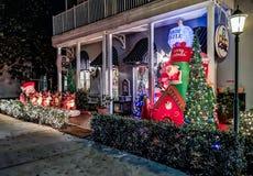 BERÖM FLORIDA, USA - DECEMBER, 2018: Jul dekorerat hus på berömstaden Front House Adorned med jul arkivfoton