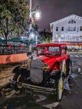 BERÖM FLORIDA, USA - DECEMBER, 2018: Röd gammal bil för härlig tappning på gatorna arkivfoto