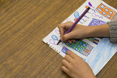 Beröm i staden - barns teckning Arkivfoton