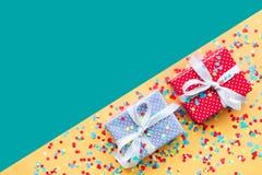 Beröm idéer för partibakgrundsbegrepp med färgrik gåva för gåvaask Royaltyfri Foto