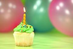 Beröm med den ballongstearinljus och kakan Arkivfoton