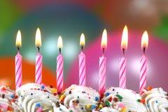Beröm med den ballongstearinljus och kakan Fotografering för Bildbyråer