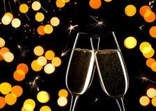 Beröm på helgdagsafton för ` s för nytt år Stäng sig upp av två exponeringsglas av Champagne som tillsammans klirrar royaltyfria bilder