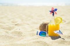 Beröm på sommarstranden Arkivfoton