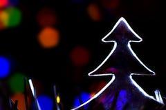 berömbegrepp - julträd och abstrakta suddiga ljus på bakgrund Blått lilor, apelsinfärger arkivfoto