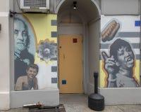 Berömd öppenhjärtig` för ` av David McShane, på yttersida av Dirty öppenhjärtigar, Philadelphia royaltyfri fotografi